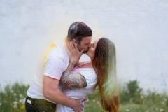 paint engagement session, colourful kiss, powder paint, love